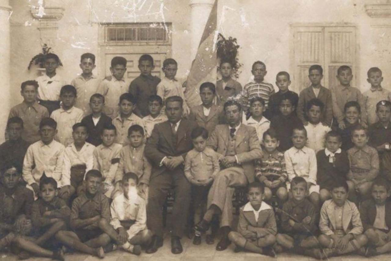 Ángel Ruiz Enciso, maestro y alcalde de Medina Sidonia, con sus alumnos